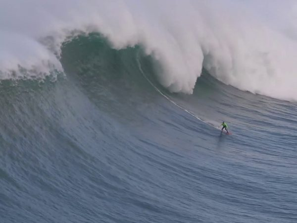 Big Wave Surfing Legend Carlos Burle vs. The Epic Waters in Nazare ansehen